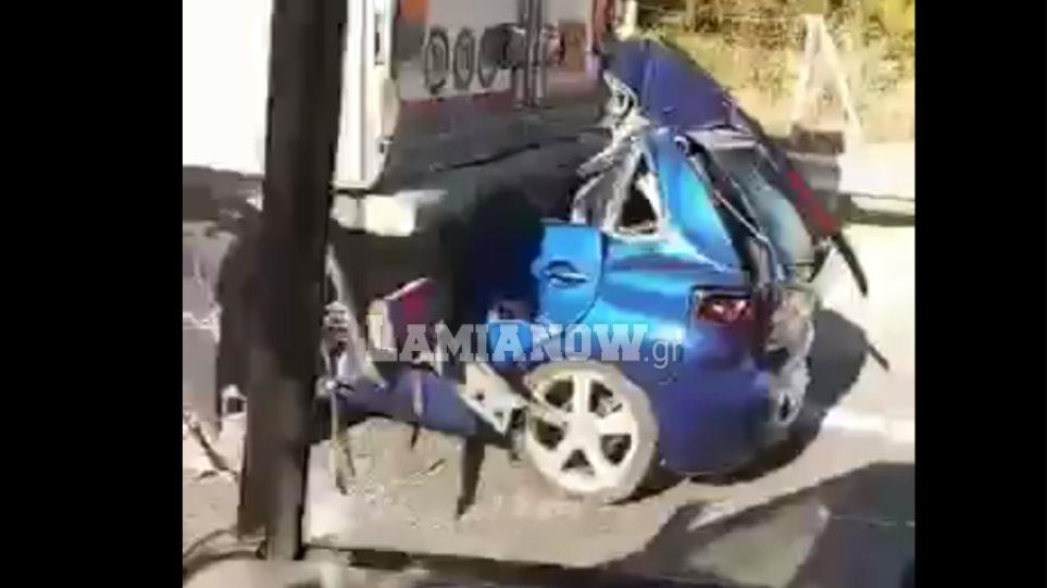 Αυτοκίνητο σφηνώθηκε κάτω από νταλίκα στην Αθηνών-Λαμίας – Νεκρός ο οδηγός (ΒΙΝΤΕΟ)