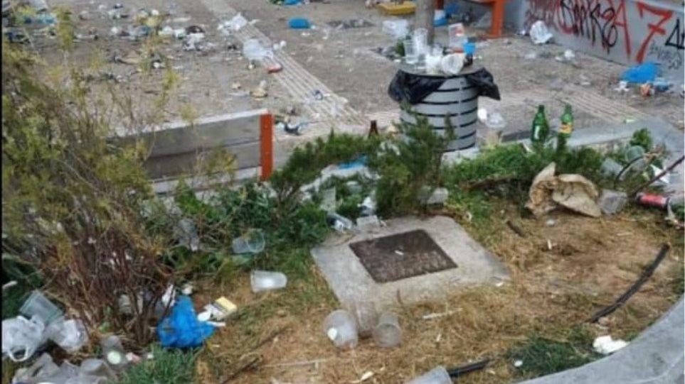 Σκουπιδότοπος η πλατεία Βαρνάβα μετά τα κορωνοπάρτι – Έντονες οι διαμαρτυρίες των κατοίκων