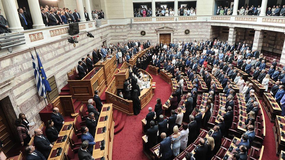 Ορκίστηκαν οι 300 της νέας Βουλής! Ποια «πηγαδάκια» στήθηκαν! (βιντεο)